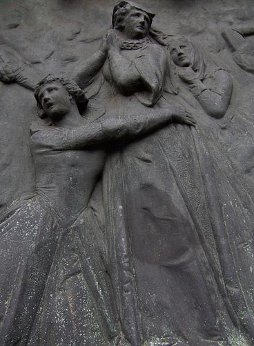 Барельеф, посвященный Марии Стюарт.